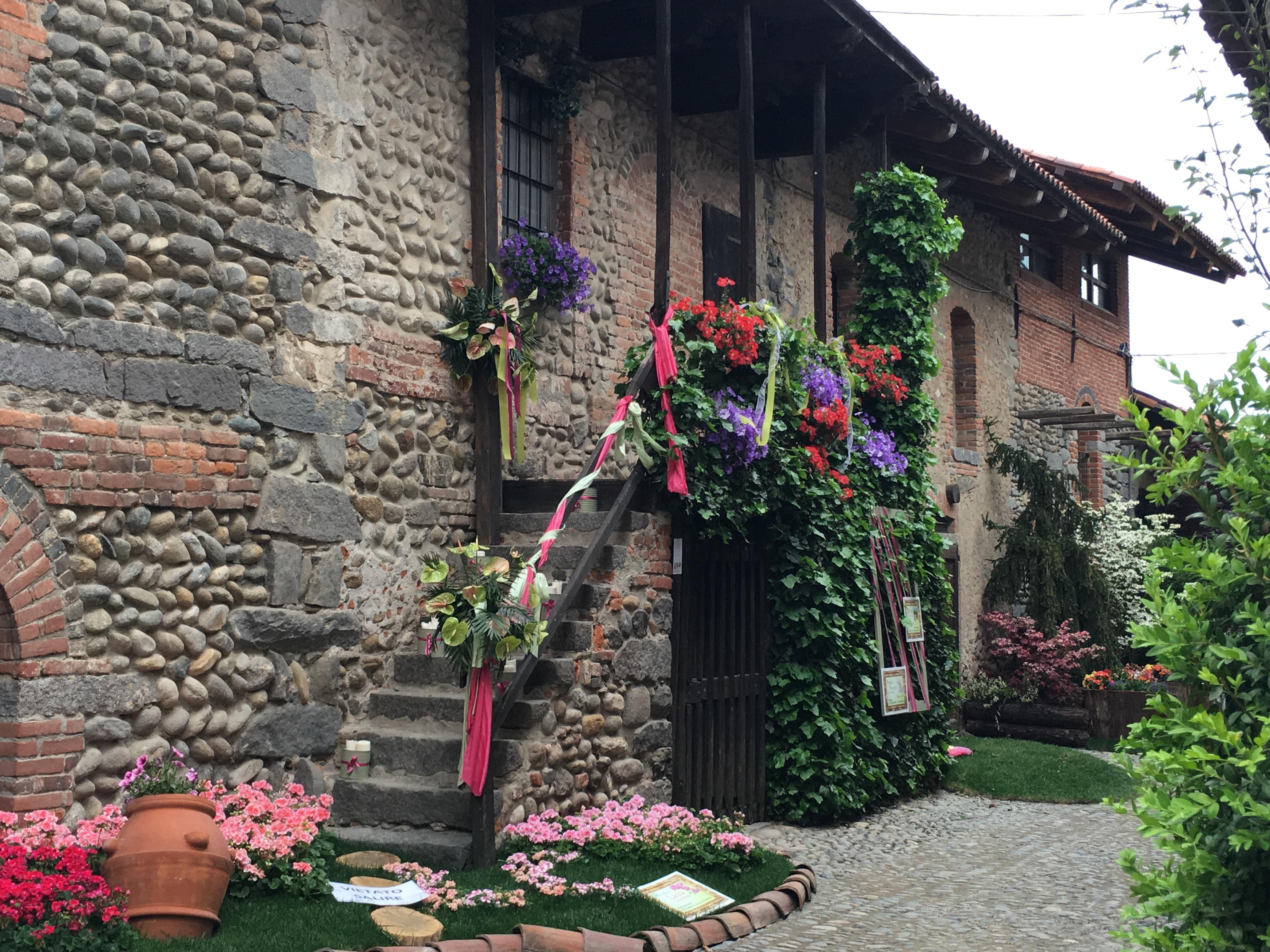 Ricetto di Candelo e Castellaro Lagusello: due borghi in fiore tra i più belli d'Italia